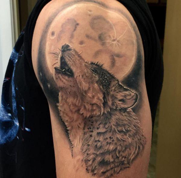Mond und Wolf Tattoo am Oberarm