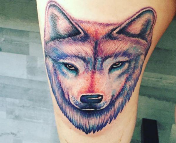 Bunte Wolf Design am Oberschenkel