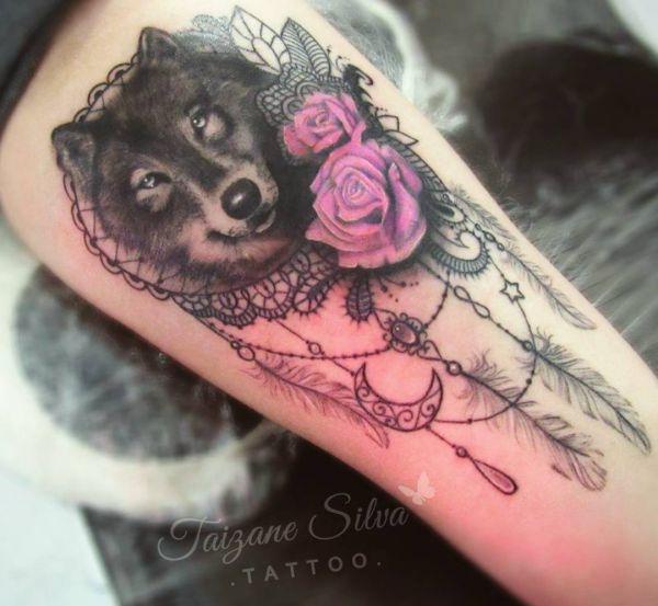 Wolf mit Traumfänger und Blumen Design am Oberschenkel