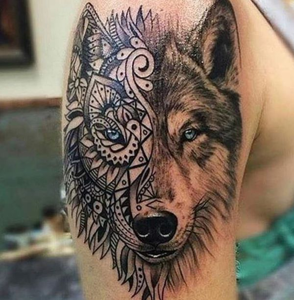 Wolf mit Mandala Tattoo Design am Oberarm