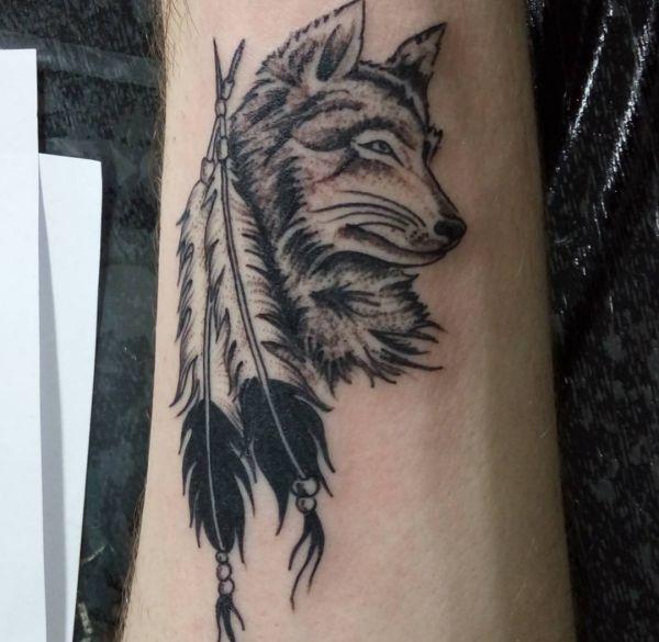 Wolf mit Feder Tattoo am Unterarm