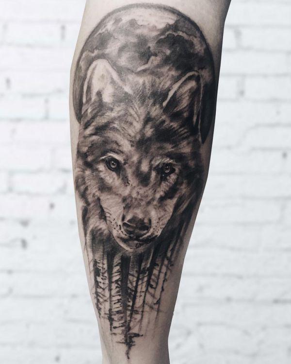 Mond und Wolf Design am Unterschenkel