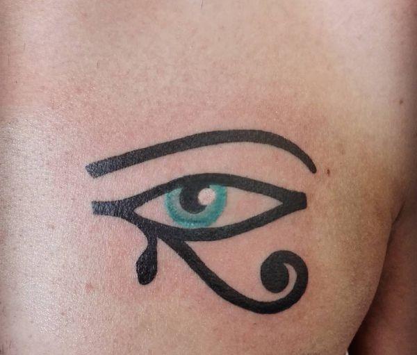 Auge von Horus Design auf der Brust