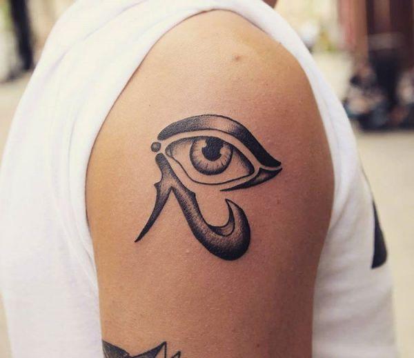 Auge von Horus Design am Oberarm