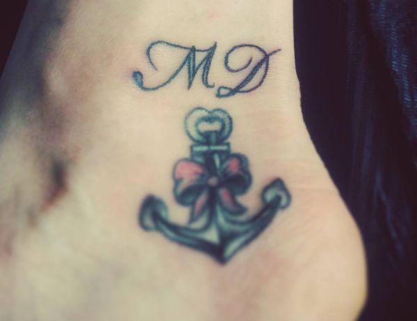 Anker Tattoo mit initialen am Knöchel