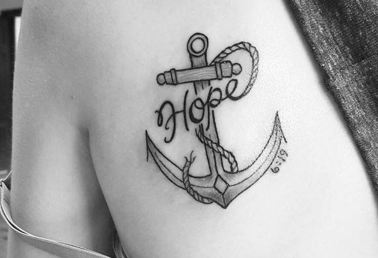 Hope Anker Tattoo am Schulterblatt für Frauen