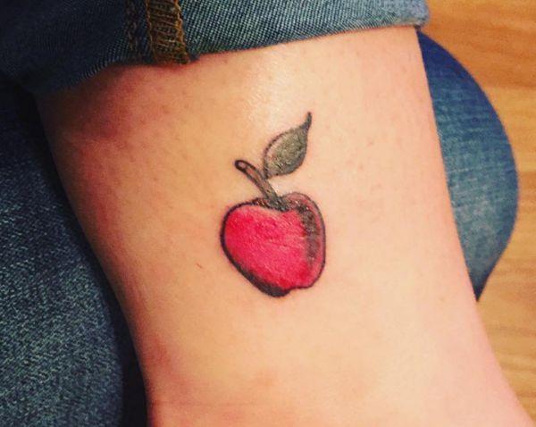 Kleiner Apfel Tattoo am Knöchel