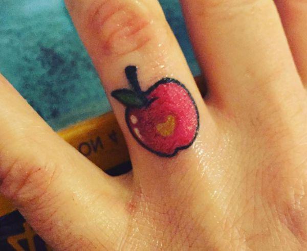 Kleiner Apfel Tattoo auf Finger
