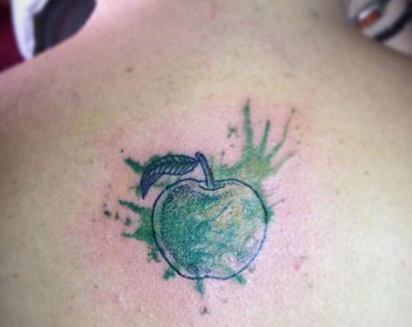 Wasserfarben Grün Apfel Tattoo am Rücken