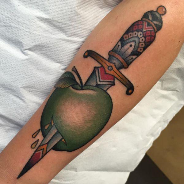Apfel mit Dolch Design auf dem Arm