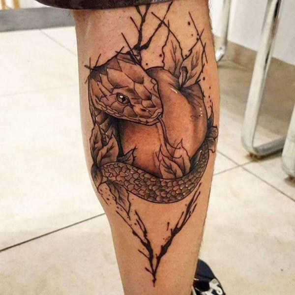 Schlange Tattoo mit Apfel Design auf der Bein