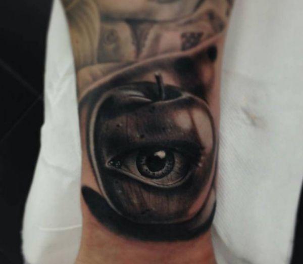 Realistisch Apfel mit Auge Tattoo Design am Handgelenk