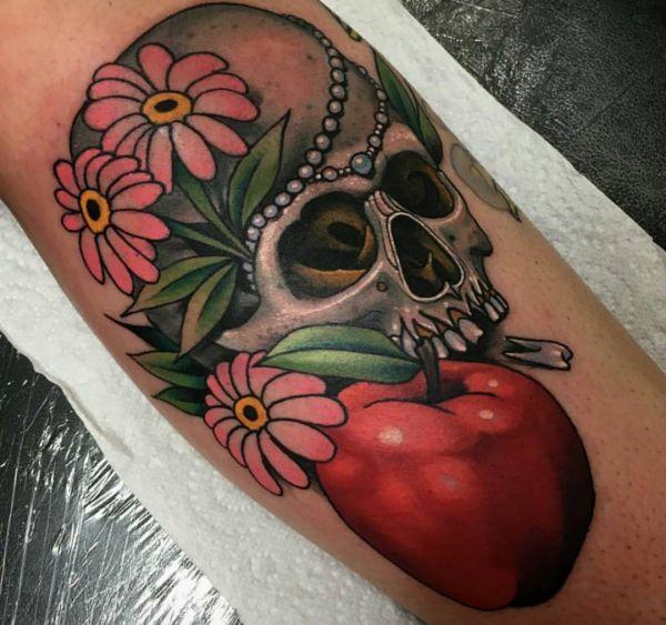 Apfel und Totenkopf und Blumen Design
