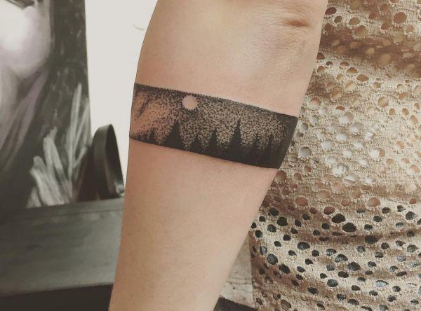 Armband Dotwork Design am Unterarm