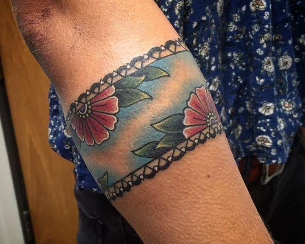 Blumen Die schönsten Armband Tattoos für Frauen