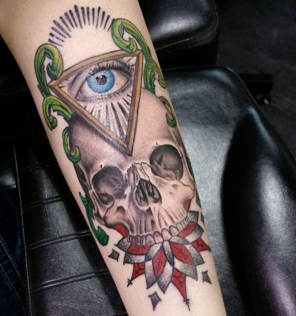 Auge von Providence Tattoo mit Schädel