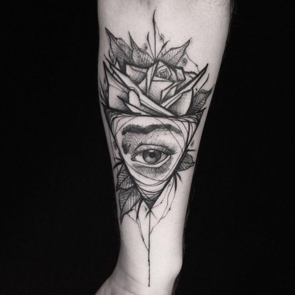 Auge von Providence und Blumen Design auf dem Arm