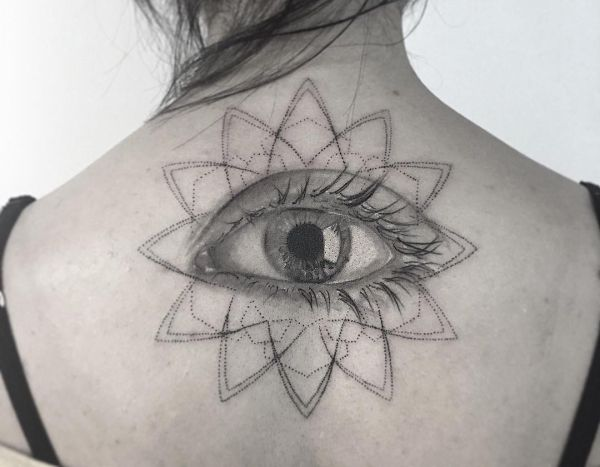 Realistisch Auge Tattoo am Rücken Frau