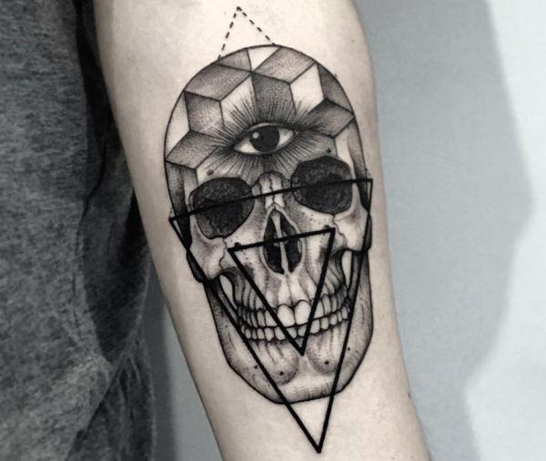 Das dritte Auge Tattoo mit Totenkopf