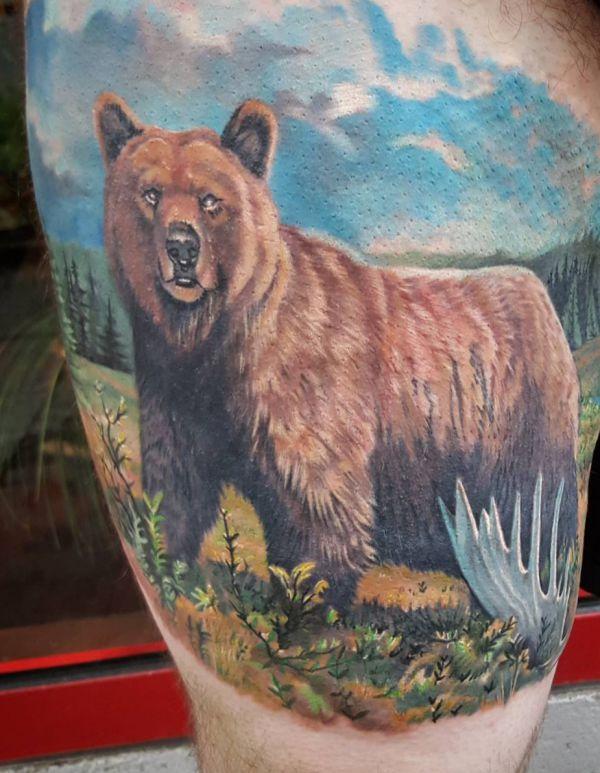 Porträt Bär Tattoo Design am Oberschenkel
