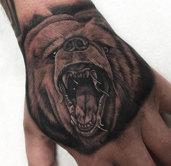 Grizzlybär Tattoo auf Hand