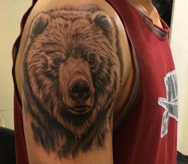 Grizzlybär Design am Oberarm