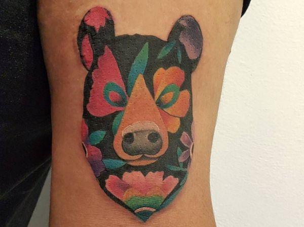 Bunte Bär Design mit Blumen auf dem Arm