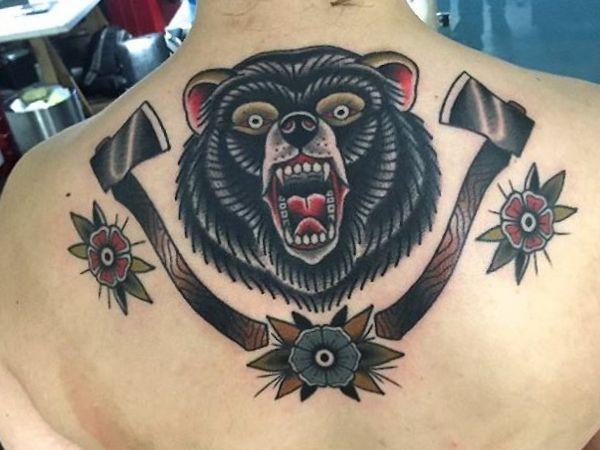 Axt mit Bär Tattoo am Rücken