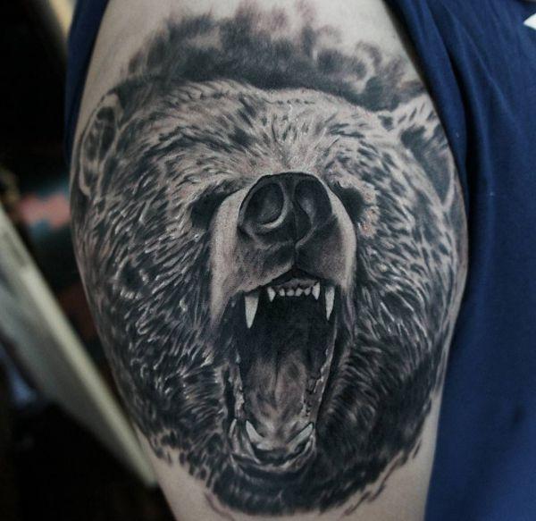 Grizzlybär Realistisch Tattoo am Oberarm
