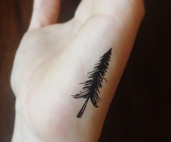 Kiefer Baum Tattoo Design auf der Hand