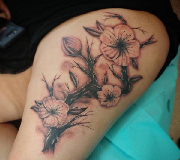 Kirschblüten Baum Tattoo am Oberschenkel