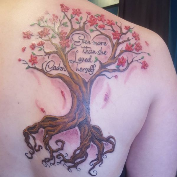 Familie Baum Tattoos am Schulterblatt