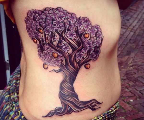 Apfelbäume Tattoo Design am rippenbogen