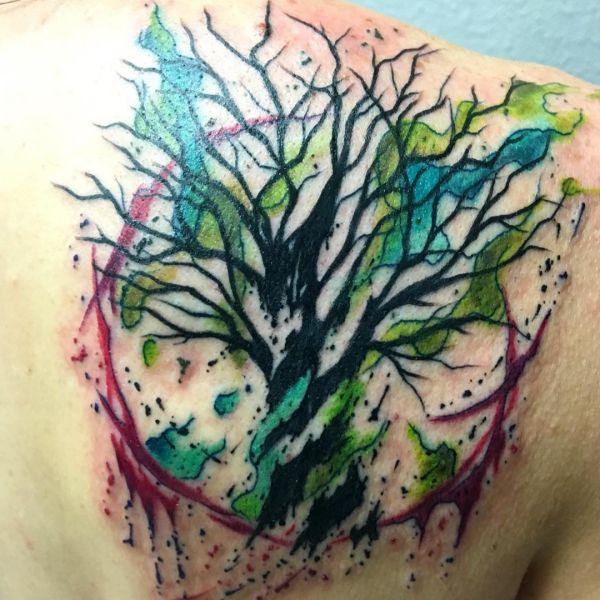 Wasserfarben Hasel Bäume Tattoo Design am Schulterblatt