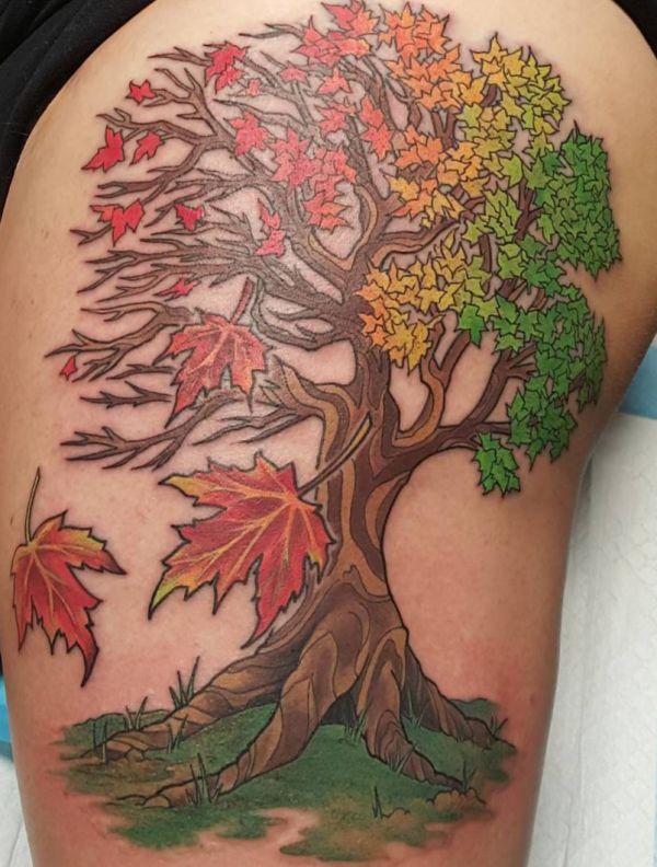 Ahorne Baum Tattoo auf der Hüfte