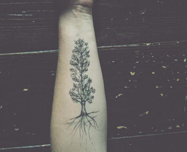 Pappeln Baum Tattoo am Unterarm