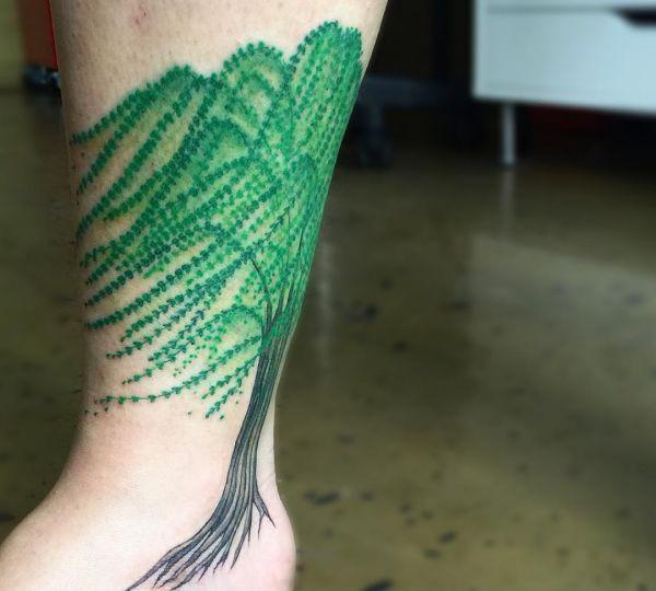 Weiden Baum Tattoo am Unterschenkel und Knöchel