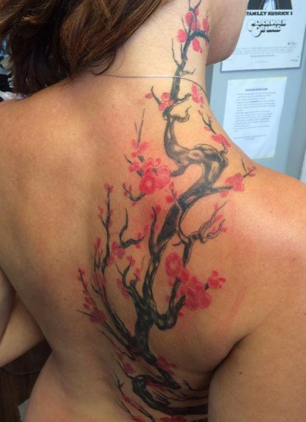 Kirschblüten Zweige Tattoo am Rücken und Hals