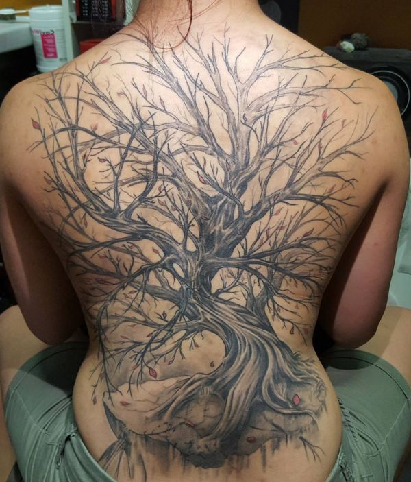 Baum Tattoo Design am Rücken