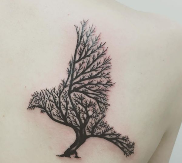 Abstract Baum Tattoo Design mit Krähe am Rücken
