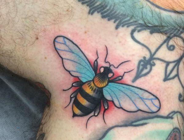 Bienen um den Hals der Männer