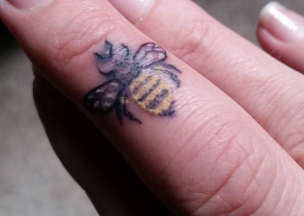 Bienen auf Finger
