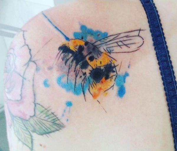 Aquarell Bienen Tattoo am Schulterblatt