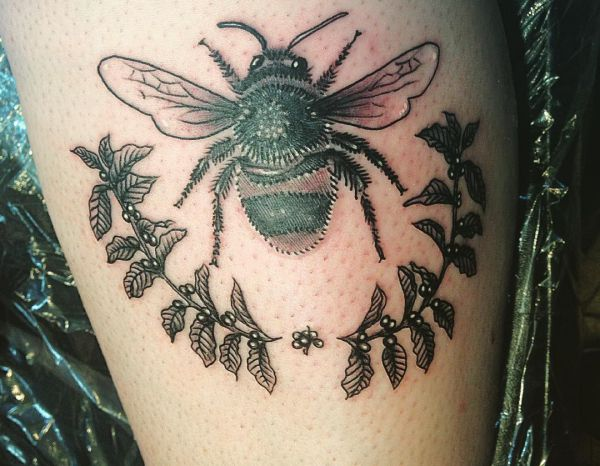 Bienen mit Blumen auf der Bein