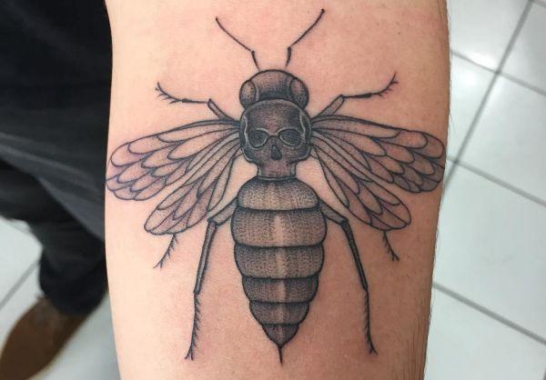 Bienen mit Totenkopf am Unterarm schwarz und weiß