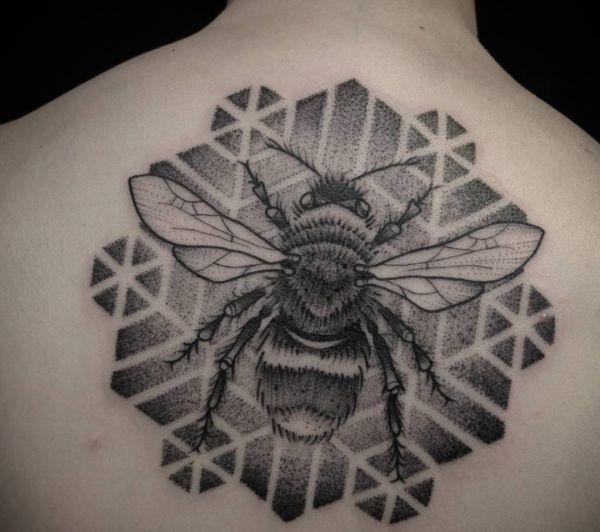 Bienen am Rücken schwarz und weiß