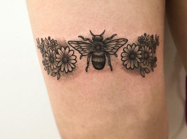 Bienen mit Blumen am Oberschenkel