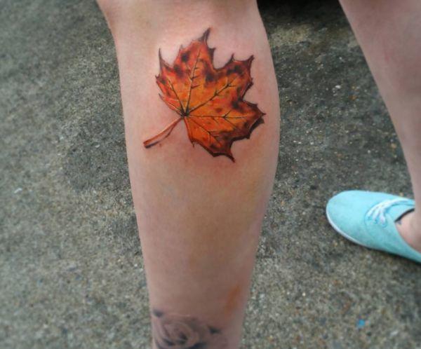 Gelbe Blätter Tattoo am Unterschenkel