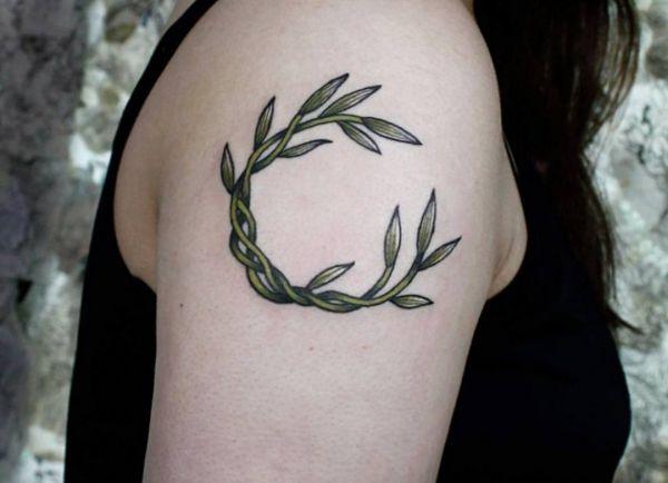 Blätter Tattoo am Oberarm