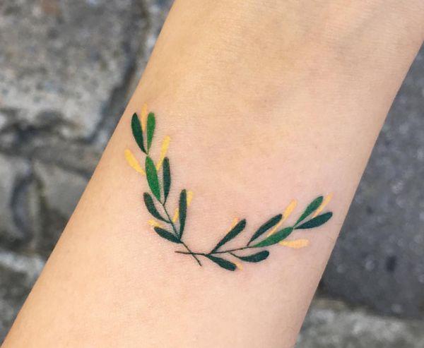 Kleiner Blätter Tattoo am Unterarm